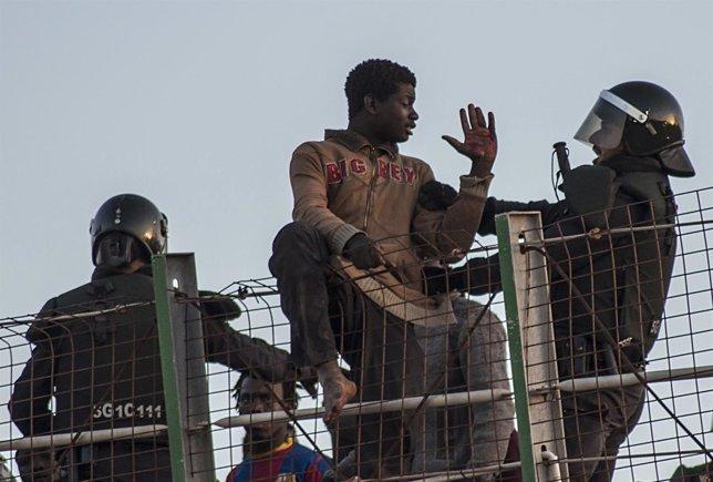 Inmigrante africano discute con la Guardia Civil española en la valla de Melilla