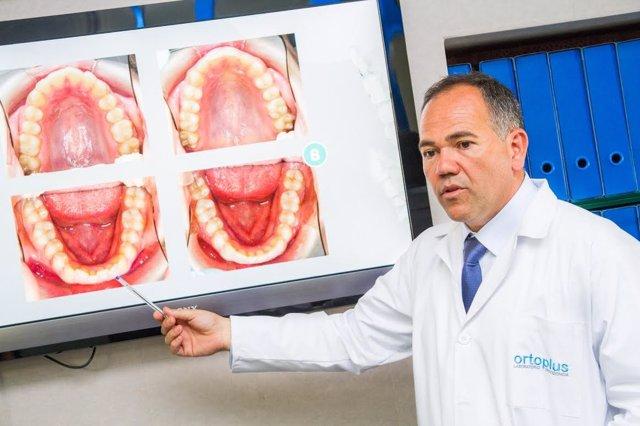 Jesús García Urbano mostrando el primer 'software' 3D para ortodoncia invisible