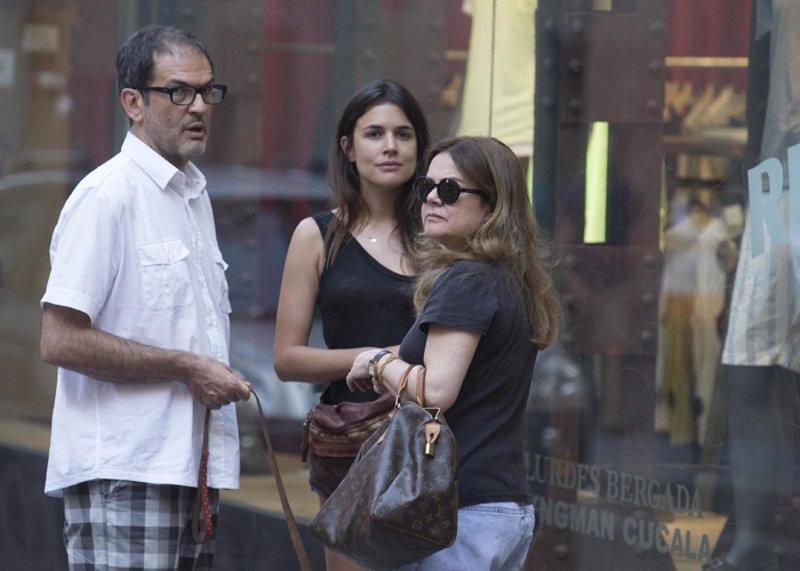 Adriana Ugarte comparte su felicidad con sus padres