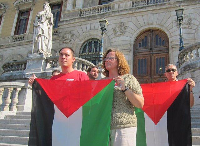 Representantes de EHBildu exhiben la bandera de Palestina