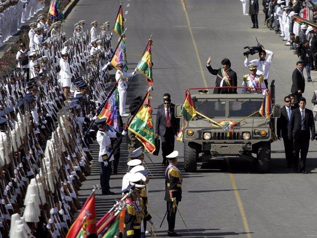 El presidente de Bolivia, Evo Morales, pasa revista a las tropas