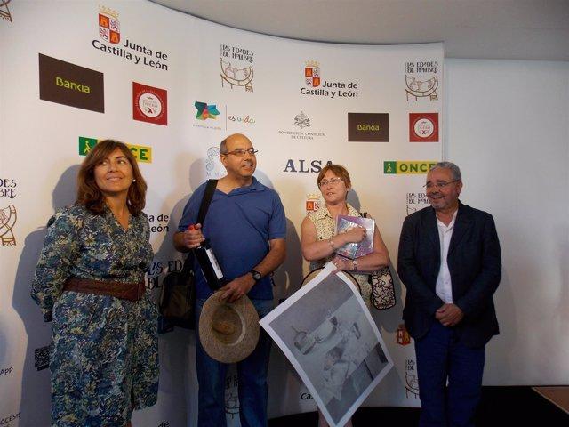 Los premiados con Blanca González (I) y Gonzalo Jiménez (D)