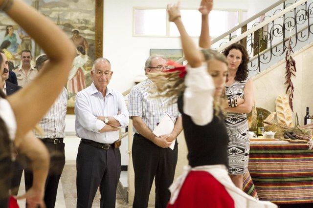 Uno de los grupos baila en la presentación de Festival de Música de la Alpujarra