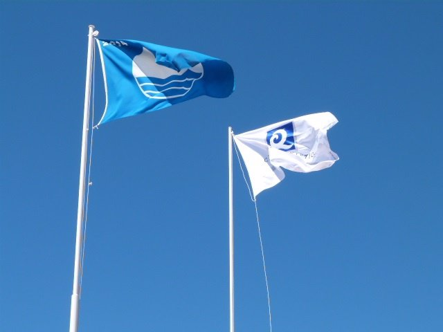 La bandera azul y la de 'Q de calidad' en Matalascañas (Huelva).
