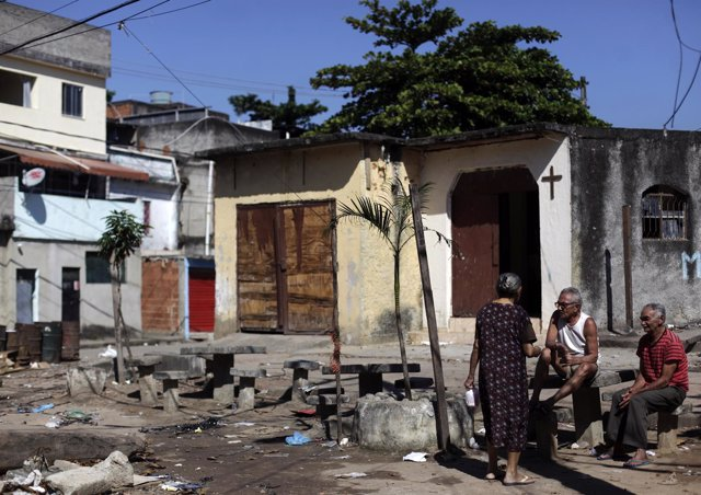 Habitantes de una favela en Río de Janeiro,  Brasil.
