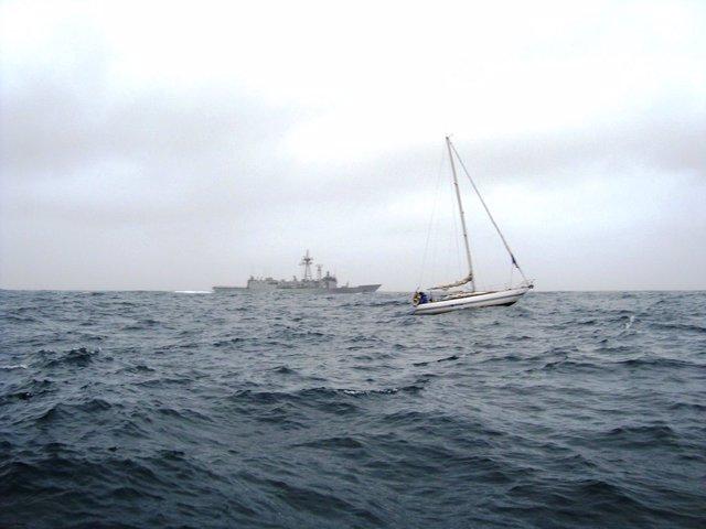 La fragata Navarra auxilia a un velero francés