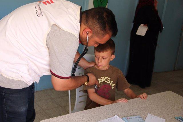 Un trabajador de MSF atiende a un niño en Irak