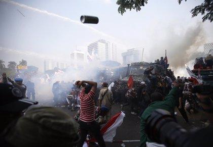 La Policía emplea gases lacrimógenos para dispersar a manifestantes ante el Constitucional
