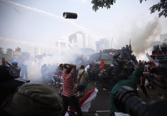 La Policía usa gases lacrimógenos contra manifestantes en Yakarta