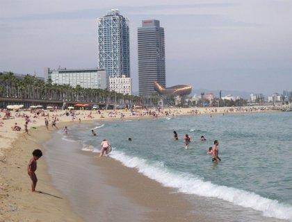 Decenas de vecinos de la Barceloneta se manifiestan