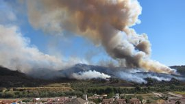 Continúa activo el incendio en Cenes de la Vega