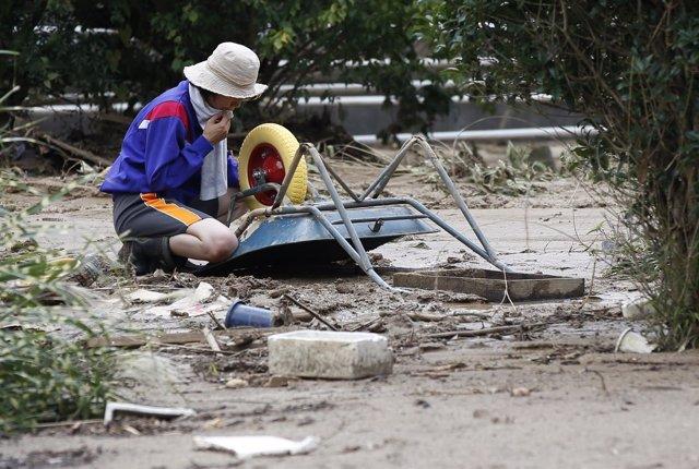 Una mujer afectada por los movimientos de tierra de Hiroshima