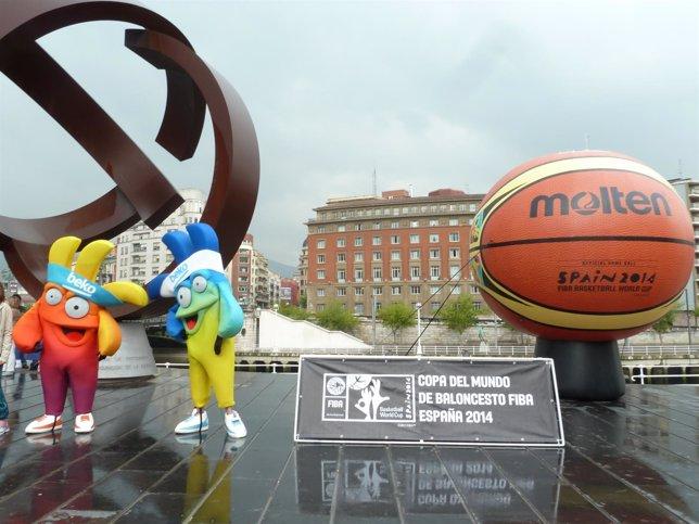 Las mascotas y la réplica del balón del mundial frente al Ayuntamiento.