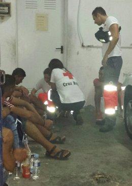 Asistencia de Cruz Roja a los magrebíes llegados en patera