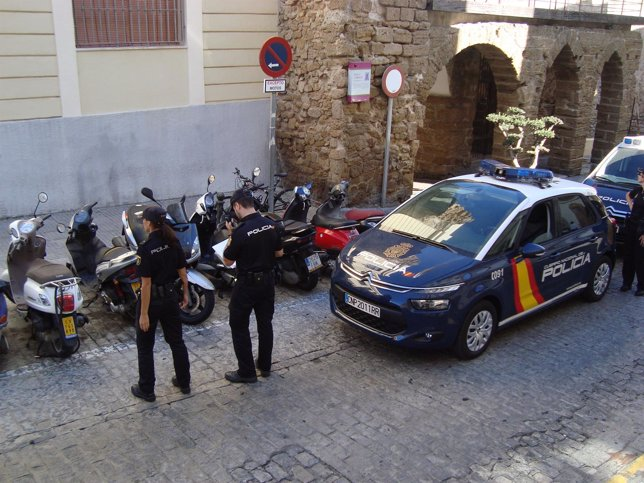 Efectivos de la Policía Nacional en la calle San Juan de Dios