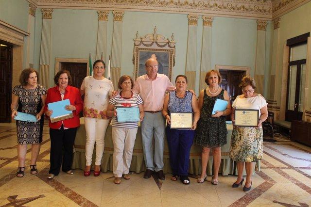 Pedro Rodríguez entrega los diplomas del Taller Hablar en Público