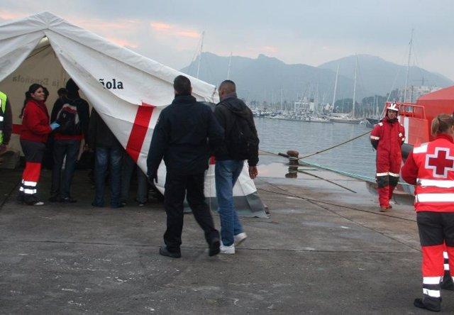 Efectivos de Cruz Roja atendiendo a inmigrantes llegados en patera a Andalucía
