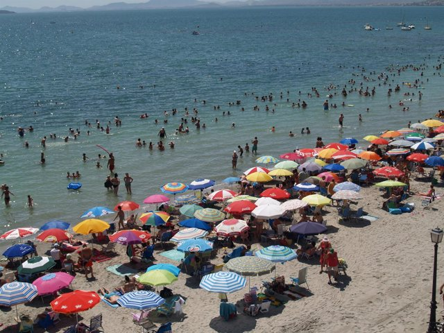 Turistas en las playas de Los Alcázares