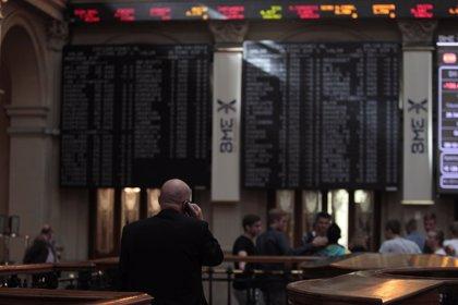 El Ibex sube un 1,1% en la apertura y aterriza de golpe en los 10.600 puntos, con el euro en mínimos