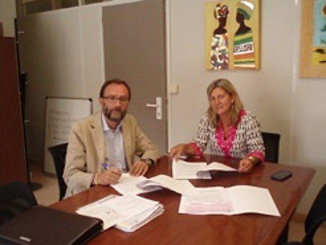 Un momento de la firma del convenio para la financiación de la vivienda