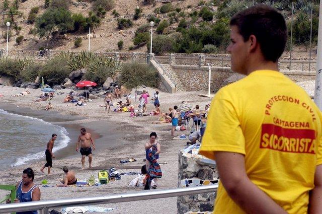Un Voluntario De Protección Civil Supervisa Una Playa