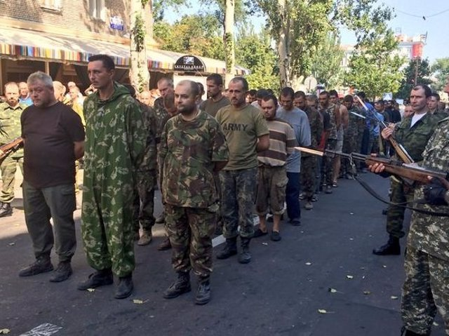 Prisioneros de guerra ucranianos son obligados a desfilar en Donestk