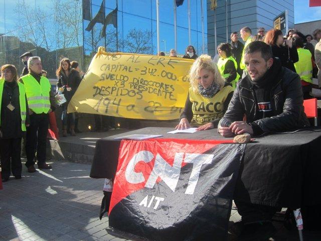 Rakel López y Gaspar Fuster, de CNT, anuncian protestan contra el ERE en el Racc