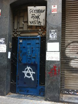 Kan Serrano, local okupado en la calle Galileu de Sants
