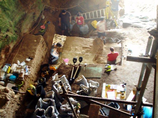 Trabajos de investigación en las cuevas de Gibraltar, Gorham.