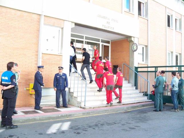 Miembros de equipos de rescate acceden a la capilla ardiente