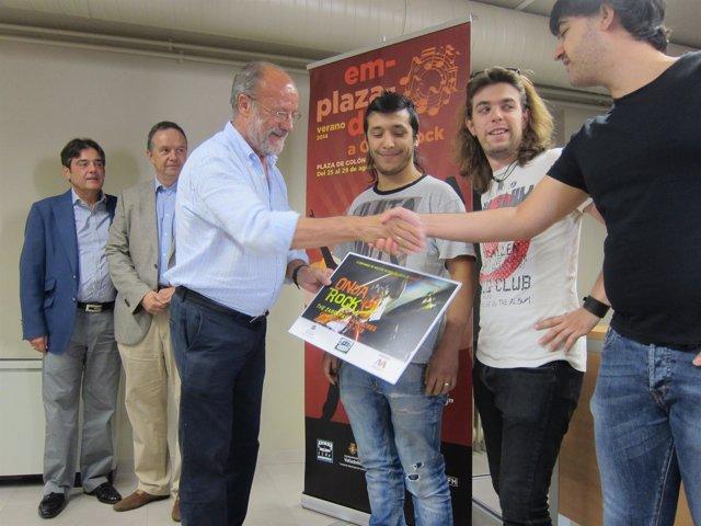 El alcalde saluda a los miembros de The Zarrapas, ganadores de la pasada edición