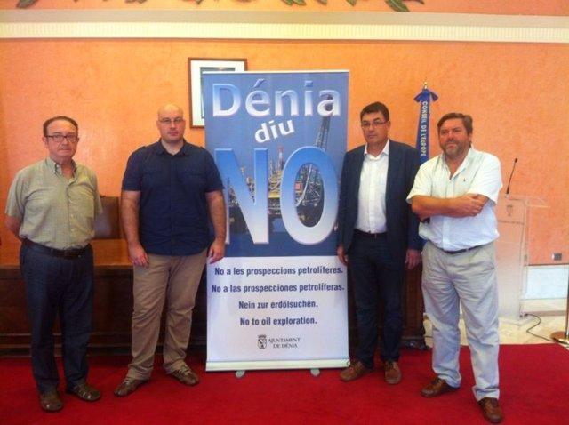 Enric Morera, segundo por la derecha, junto al cartel de Dénia diu no