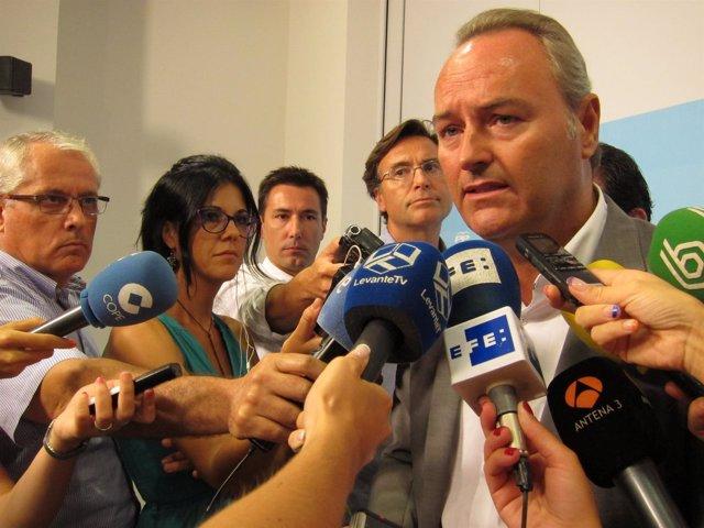 Fabra atiende a los periodistas en la sede del PPCV.