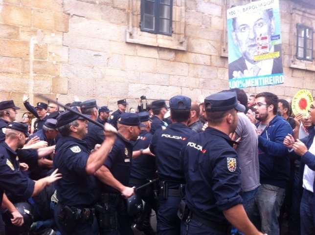 Agentes de la Policía Nacional cargan contra manifestantes en Santiago