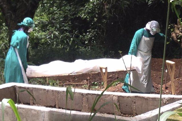 Trabajadores sanitarios trasladan a muerto por ébola en Sierra Leona