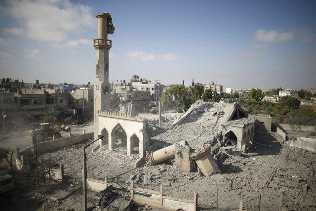 Restos de una mezquita bombardeada en Beit Hanún