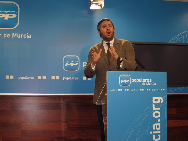 El portavoz adjunto del PP regional, Víctor Manuel Martínez, en rueda de prensa