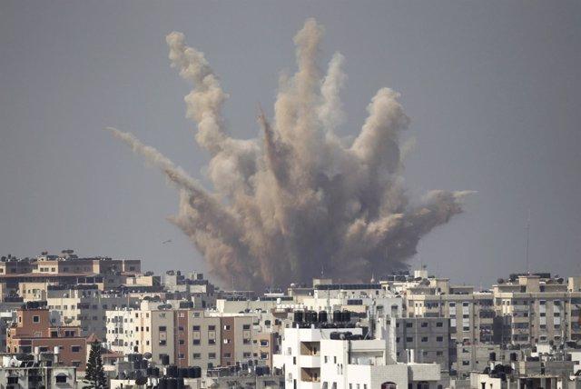 Explosión tras un bombardeo israelí en Gaza