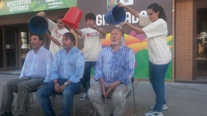 El Ayuntamiento de Granada 'se moja' para la campaña en favor de los enfermos de ELA