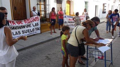 Protesta ante las sucursales bancarias de Villaverde para pedir la eliminación de las cláusulas de suelo