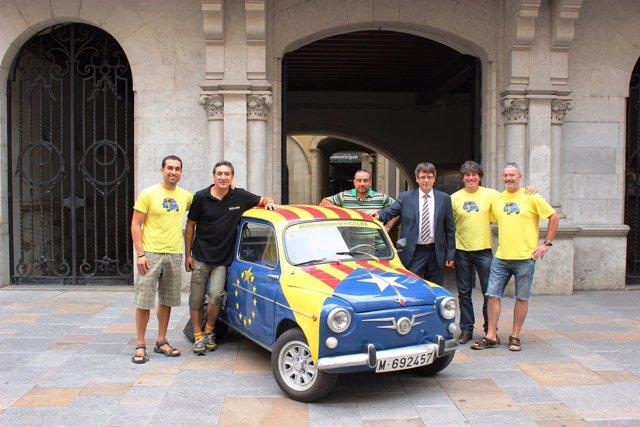 El alcalde de Girona C.Puigdemont con viajeros que van a Escocia en un 600