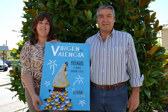 El alcalde y la concejala de Festejos con el cartel ganador