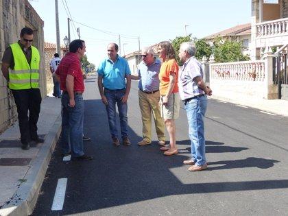 Guarinos visita en Mirabueno la carretera de acceso arreglada por la Diputación de Guadalajara por 225.000 euros