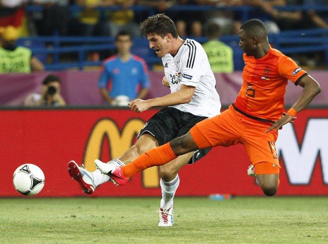Mario Gomez Marca Los Dos Goles De Alemania En La Victoria Ante Holanda