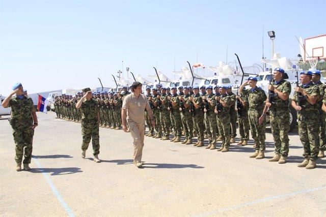 El ministro serbio de Defensa, pasando revista en Líbano
