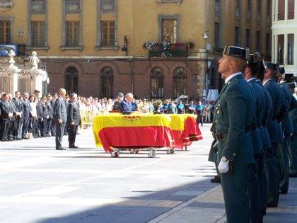 Cientos de personas despiden a los agentes fallecidos en Maraña (León)