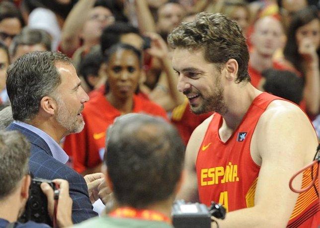 El rey disfruta del baloncesto y saluda a pau gasol