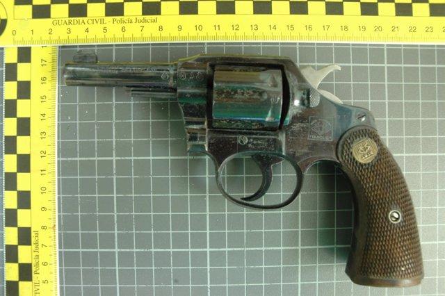 Revólver intervenido por la Guardia Civil
