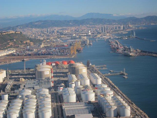 Muelle de la energía del Puerto de Barcelona, con instalaciones de Enagás