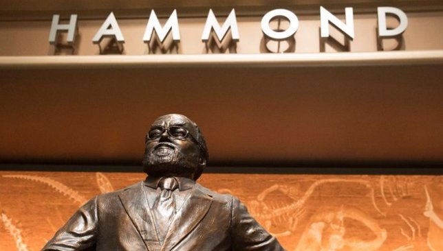 Estatua de John Hammond en Jurassic World